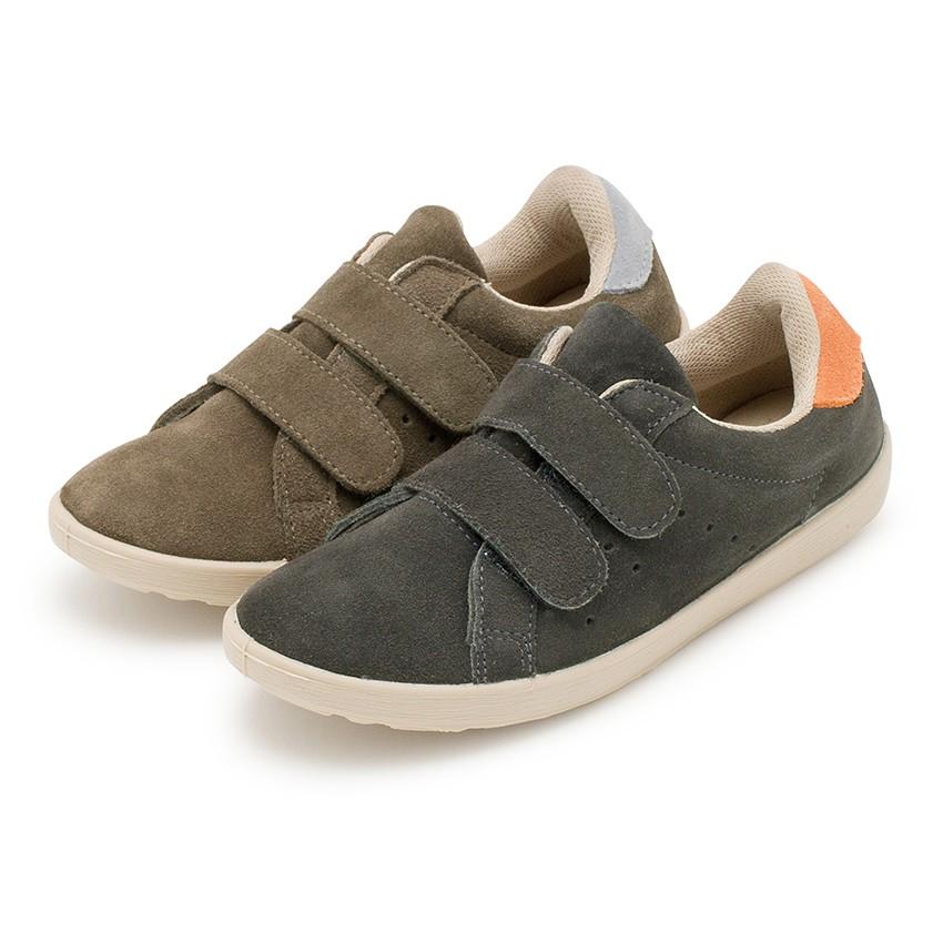 Zapatillas deportivas serraje y cinta adhesiva  niños