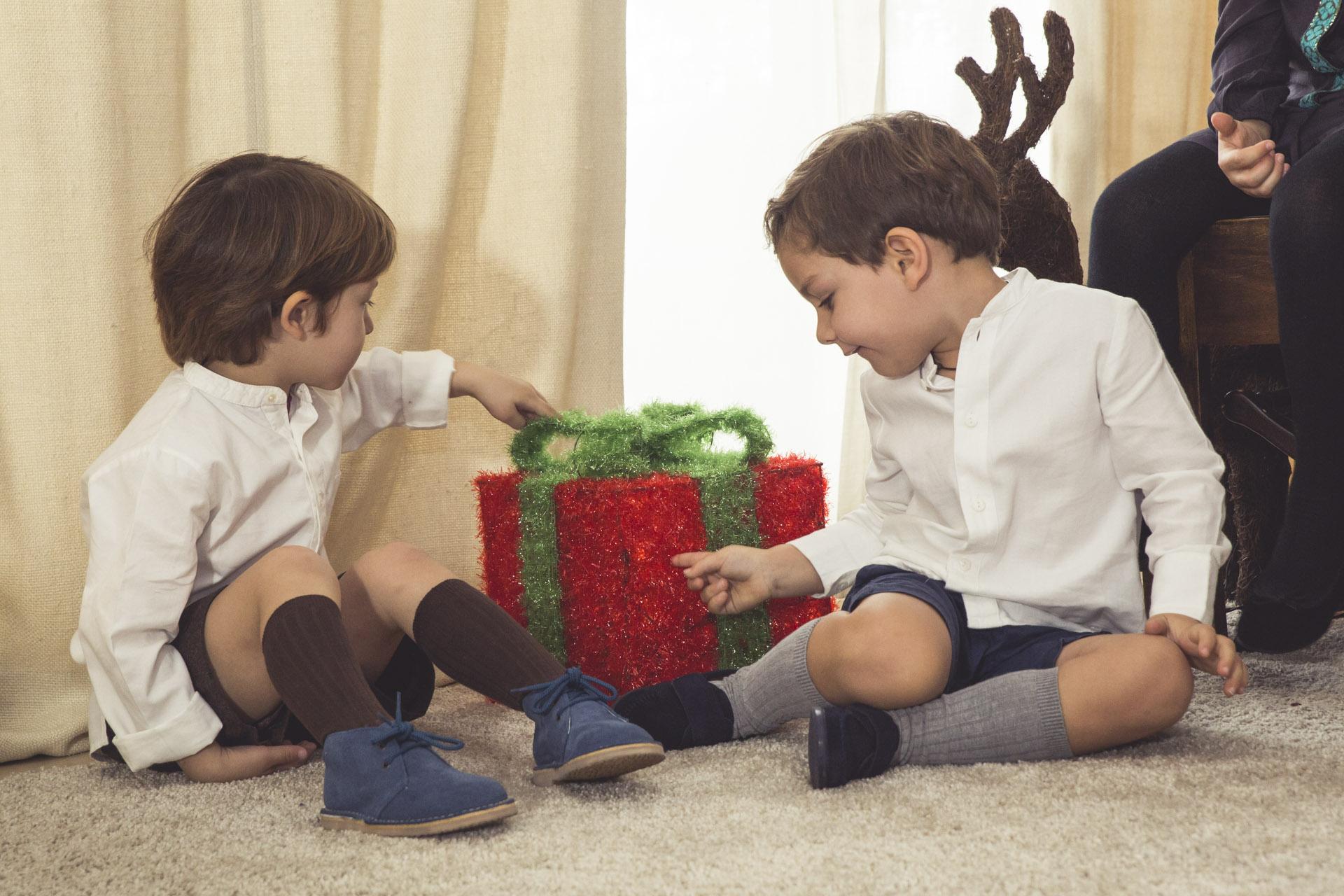 Niños guapos en Navidad con Pisamonas